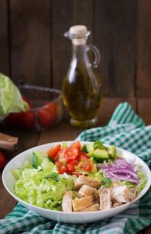 Ensalada dietética con pollo, aguacate, pepino, tomate y col china