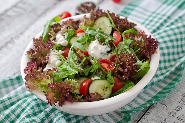 Ensalada dietética útil con requesón, hierbas y verduras.