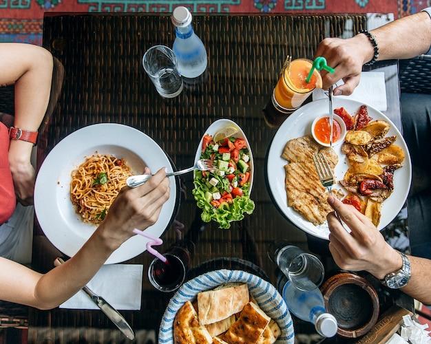Ensalada, espagueti y filete de pollo