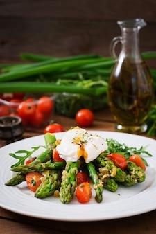 Ensalada de espárragos, tomates y huevo escalfado
