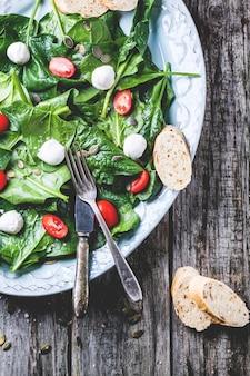 Ensalada de espinacas, tomates y mozzarella