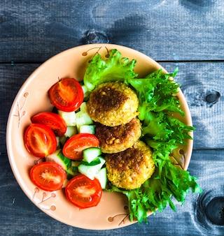 Ensalada de falafel de garbanzos fritos y vegetales frescos