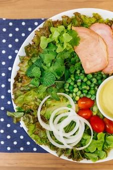 Ensalada fresca con deliciosa pechuga de pollo, roble verde, lechuga, cebolla y tomate.