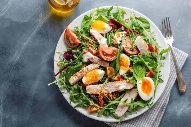 Ensalada fresca con pavo, huevos y verduras.