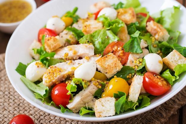 Ensalada fresca con pechuga de pollo, rúcula, lechuga y tomate.