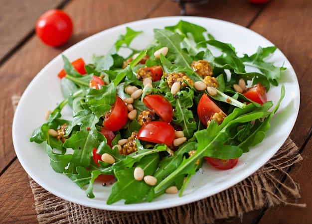 Ensalada fresca con pechuga de pollo, rúcula y tomate