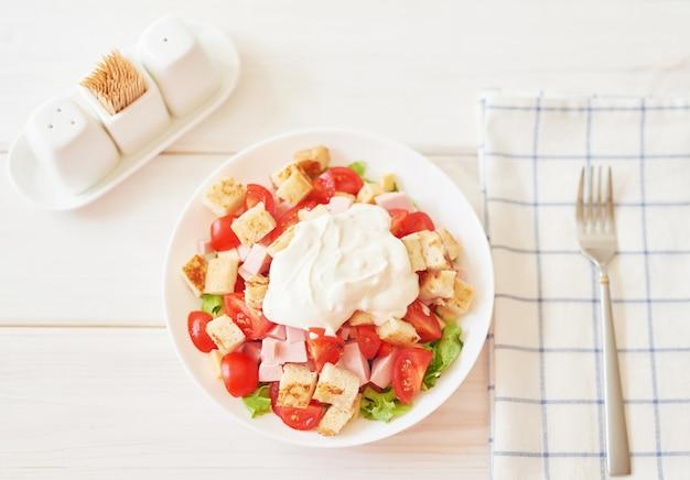 Ensalada fresca con queso y jamón