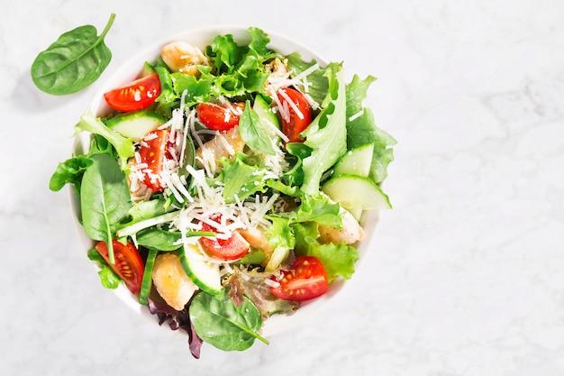 Ensalada fresca sabrosa con pollo y verduras