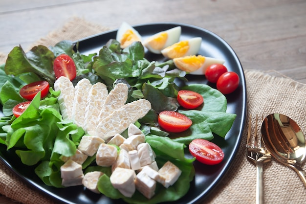 Ensalada fresca con tempeh o tempe, alimento vegetal original de indonesia.