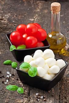 Ensalada fresca con tomates cherry, albahaca, mozzarella y aceitunas negras.