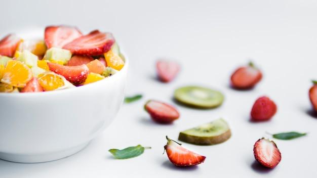Ensalada de fruta fresca en rodajas sobre mesa