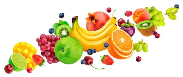 Ensalada de fruta que cae aislada en el fondo blanco con el camino de recortes