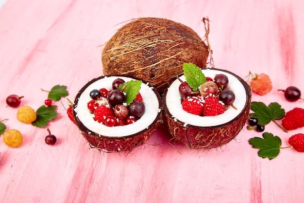 Ensalada de frutas agrus, grosella, frambuesa en coco.