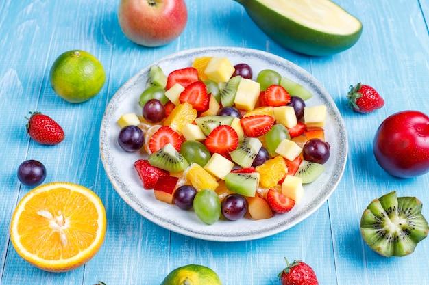 Ensalada de frutas y bayas frescas, alimentación saludable.