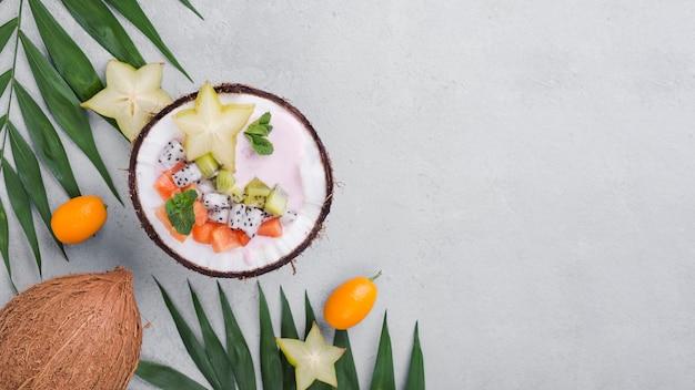 Ensalada de frutas en espacio de copia de placa de coco