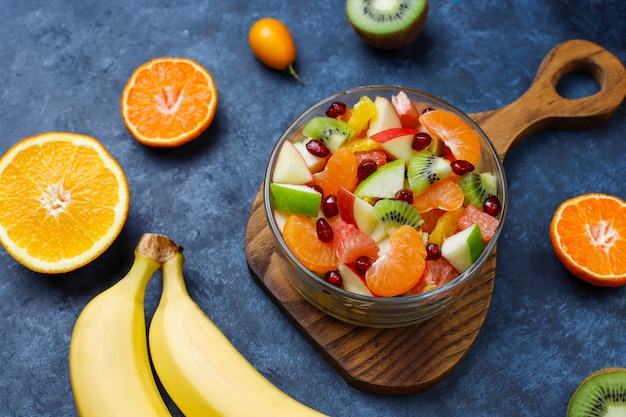 Ensalada de frutas frescas en el recipiente con frutas frescas.