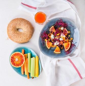 Ensalada de frutas con naranjas rojas