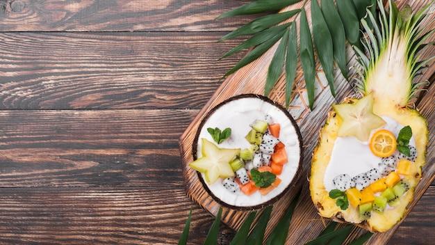 Ensalada de frutas en platos de coco y piña
