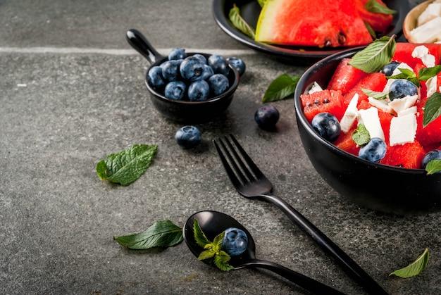 Ensalada de frutas refrescantes en tazones