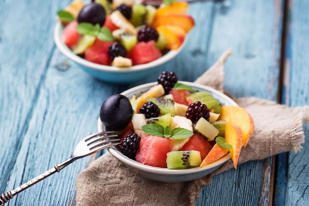 Ensalada de frutas con sandía, plátano y kiwi.