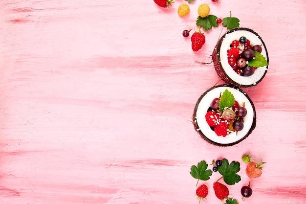 Ensalada de frutas en un tazón de cáscara de coco.