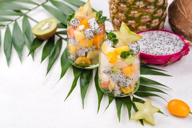 Ensalada de frutas en vaso y yogurt alta vista