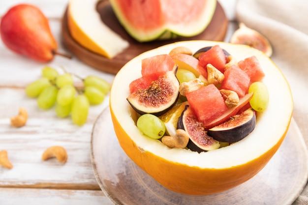 Ensalada de frutas vegetariana de sandía, uvas, higos, pera, naranja, anacardo