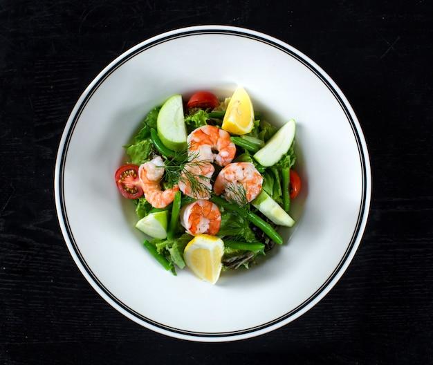 Ensalada de frutas y verduras con camarones y espárragos