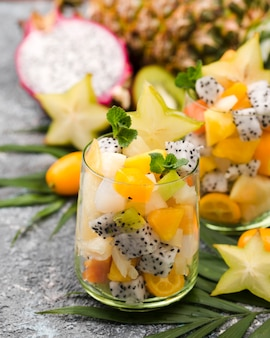 Ensalada de frutas en vista frontal de vidrio