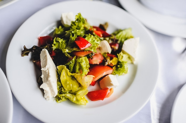 Ensalada gourmet en un plato blanco