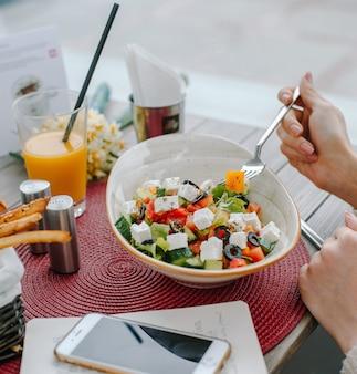 Ensalada griega en la mesa
