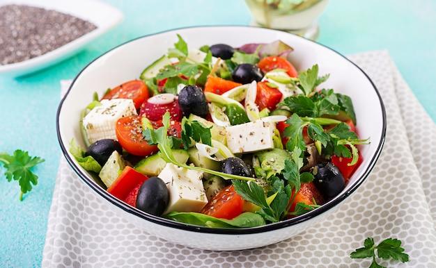 Ensalada griega con pepino, tomate, pimiento dulce, lechuga, cebolla verde, queso feta y aceitunas con aceite de oliva.