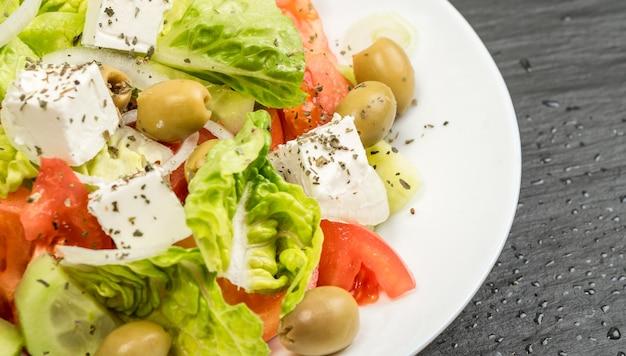 Ensalada griega en un plato blanco cerrar