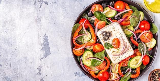 Ensalada griega en un plato negro