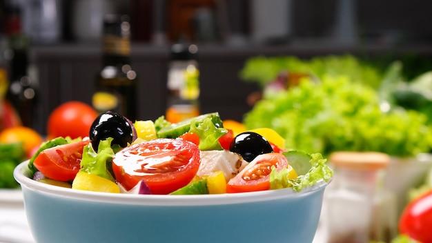 Ensalada griega con queso feta y aceitunas, ensalada de verduras frescas servida con ingredientes alimentarios saludables, cocina mediterránea