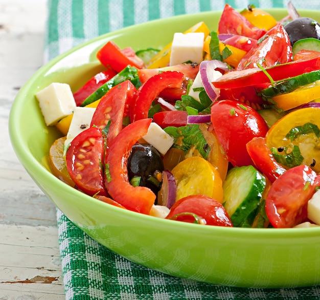 Ensalada griega con queso feta, tomates cherry y aceitunas negras