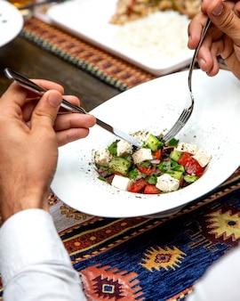 Ensalada griega sobre la mesa