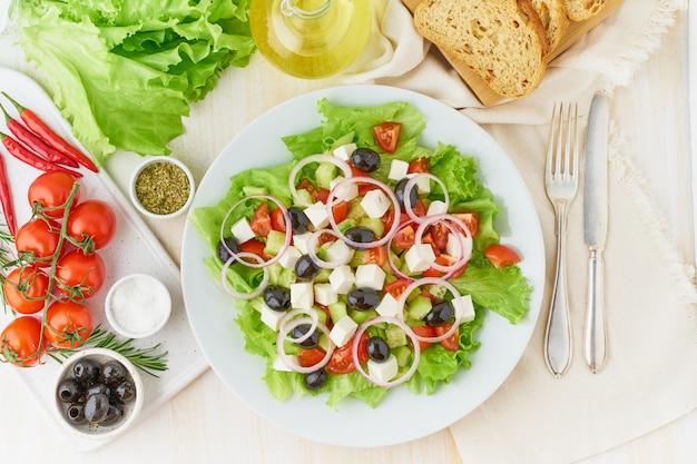 Ensalada griega con tomate, pepino, queso feta, cebolla.