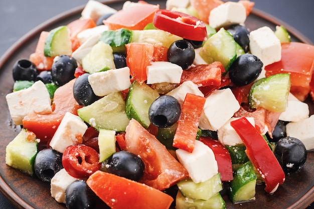 Ensalada griega con tomate, queso feta y aceitunas