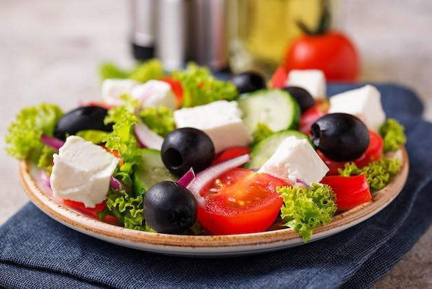 Ensalada griega tradicional con queso feta, aceitunas y verduras.