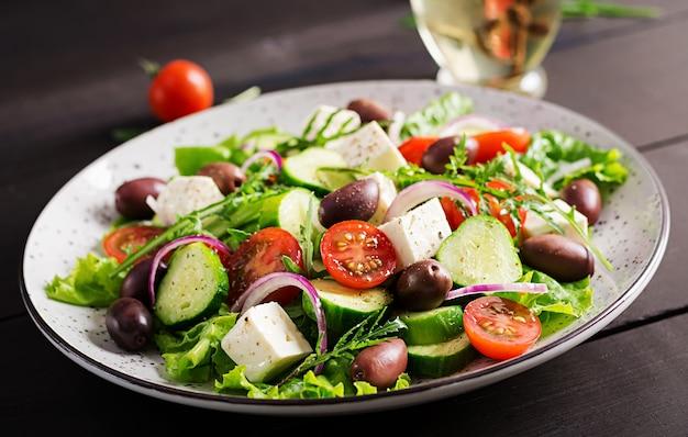 Ensalada griega con verduras frescas, queso feta y aceitunas kalamata