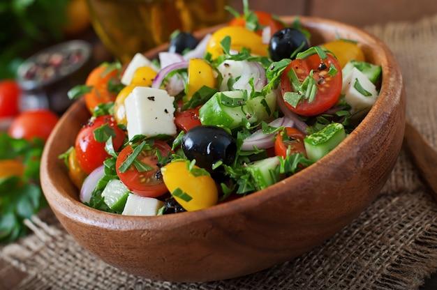 Ensalada griega con verduras frescas, queso feta y aceitunas negras.