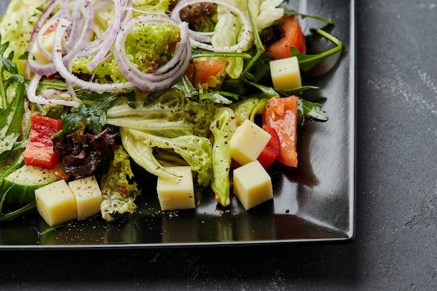 Ensalada griega de verduras frescas con queso