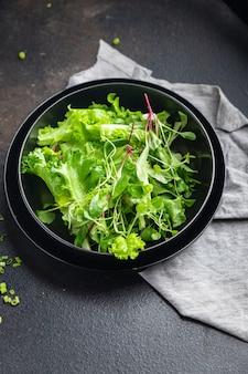 Ensalada de hojas mezclar hierbas frescas pétalos vitamina aperitivo fresco listo para comer comida bocadillo en la mesa