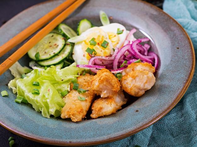 Ensalada de huevos, pescado frito y verduras frescas. cocina asiática.