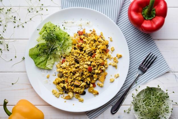 Ensalada de huevos revueltos y verduras con pimientos