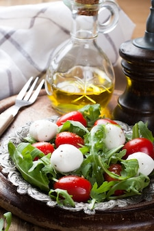 Ensalada italiana fresca con queso mozzarella