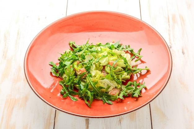 Ensalada de lechuga fresca de cordero con aguacate, pepino, salmón, tomates cherry