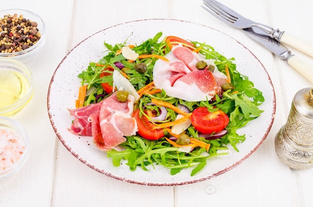 Ensalada ligera de verduras. concepto de pérdida de peso