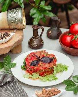 Ensalada mangal del cáucaso con hojas basílicas rojas y lechuga verde.